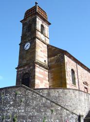 église luthérienne est couronnée par un beau clocher ''à l'impériale''